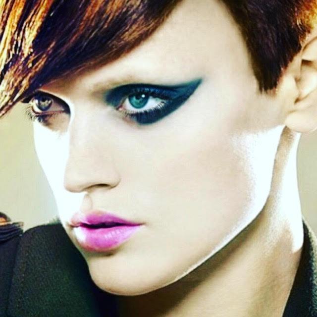 Eye-liner azul. The Artist Talents
